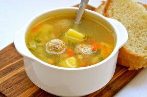 Наваристий суп і шматочок хліба